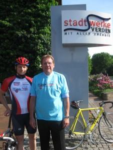 Jochen Weiland (re.) im Team- T-Shirt der Tour de Jumelage